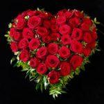Trauerherz mit roten Rosen für den Friedhof Kissing